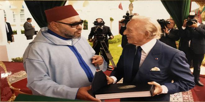 Othman Benjelloun remet au Roi un ouvrage sur l'histoire du Maroc