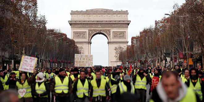 """Les premiers """"gilets jaunes"""" sur les Champs-Elysées"""