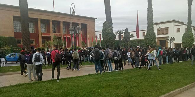 Horaires scolaires : Les élèves protestent devant le Parlement