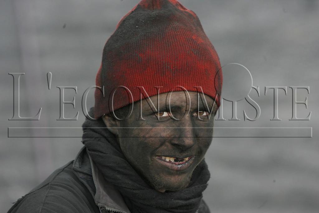 Des hommes qui se confondent avec le charbon tellement ils sont couverts de poudre noirâtre qui ne laisse apercevoir que leurs yeux et dents