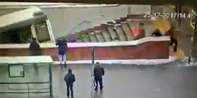 VIDEO-Moscou: Un autobus fonce dans un passage souterrain