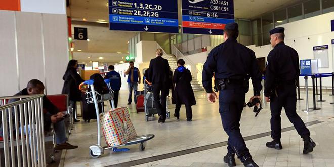 Deux hommes munis d'armes factices sèment la panique à l'aéroport de Roissy