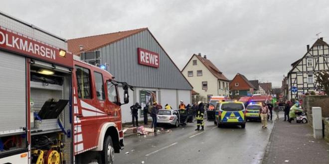 Allemagne: Une voiture fonce dans un défilé de carnaval
